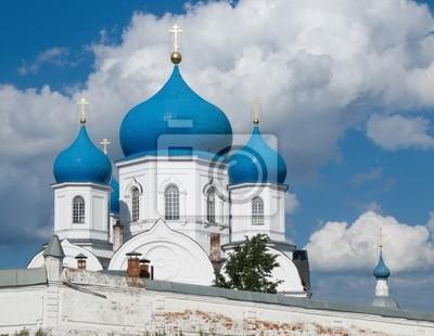 Templo ortodoxo antiguo está en Bogolyubovo de Rusia