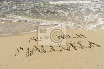 Texto AUF MALLORCA NACH en Sandstrand Gezeichnet mit Wellen