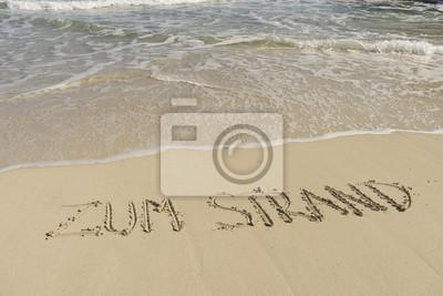 Texto ZUM STRAND am Sandstrand mit Wellen