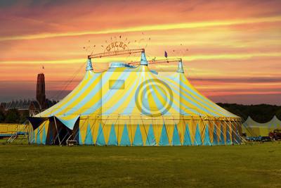 Tienda de circo bajo una puesta de sol y el cielo advertir caótica