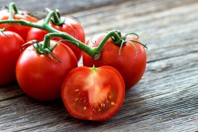 Cuadro Tomates frescos en el fondo de madera