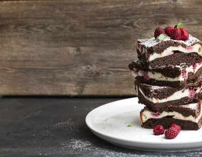 Cuadro Torre Brownies-pastel de queso con frambuesas en la placa blanca