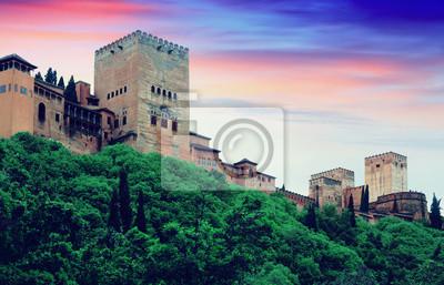 Torres de Alcazaba en Alhambra en la puesta del sol. Granada