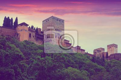 Torres de Alcazaba en la Alhambra en el amanecer. Granada