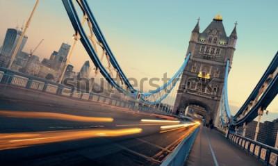 Cuadro Tower Bridge y el tráfico por la mañana en Londres.