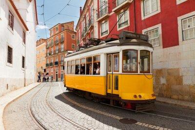 Cuadro tranvía en la calle estrecha de Alfama, Lisboa
