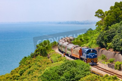 Cuadro Tren en el ferrocarril cerca de la estación de Fangshan en pingtung, Taiwán