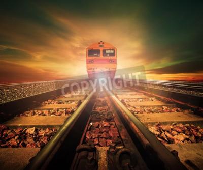 Cuadro trenes en el cruce de la vía férrea en estación de trenes contra la hermosa luz del sol establece el uso del cielo para el transporte terrestre y el fondo de la industria logística, telón de fondo, te