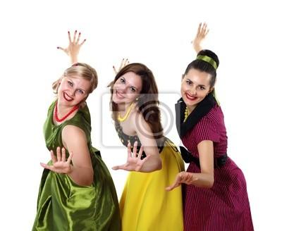 tres mujeres jóvenes en vestidos de colores brillantes
