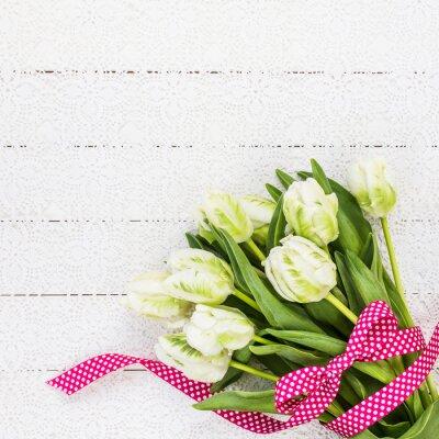 Cuadro Tulipanes blancos decorados con cinta roja sobre el mantel blanco. Copiar espacio, vista superior