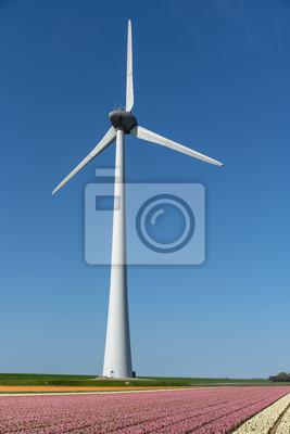 Turbina de viento girando y generando electricidad verde huella de carbón bajo un cielo azul soleado en Almere cerca de Amsterdam, Países Bajos