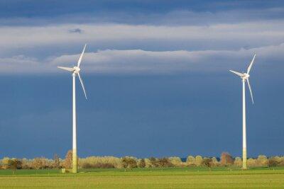 Turbinas de viento en el sol de la tarde después de una tormenta