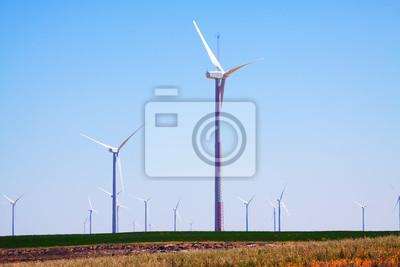 Turbinas de viento en tierras de cultivo