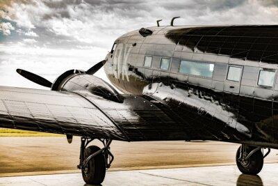 Cuadro Un avión de la Segunda Guerra Mundial mira hacia fuera desde su camarero colgador para que el tiempo despeje