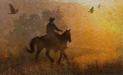 Cuadro Un espectacular diseño de un vaquero y su caballo en un prado en la puesta del sol con cuervos volando por encima. Un pedazo de las técnicas mixtas de obras de arte en la fotografía y la acuarela.