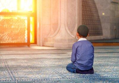 Cuadro un niño pequeño en la mezquita