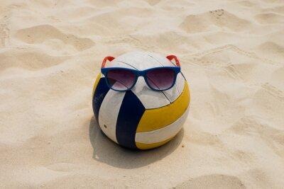 Cuadro Un voleibol en la playa de verano con un Sunglass