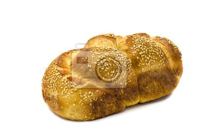 Una barra de pan jalá aislados en fondo blanco