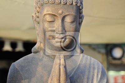 Una estatua de Buda de oro Orar