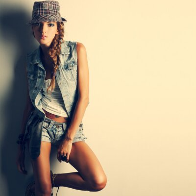 Cuadro Una foto de la bella joven es en el estilo de la moda