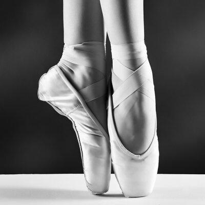 Cuadro Una foto de pointes de bailarina sobre fondo negro