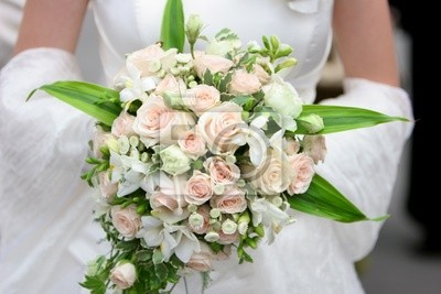 Una imagen de una novia con su ramo de rosas