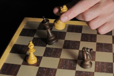 Una Izquierda Mano masculina que juega a ajedrez