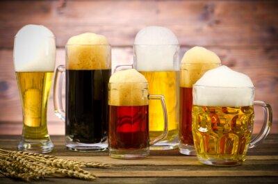 Cuadro Variedad de vasos de cerveza en una mesa de madera