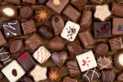 Cuadro Varios chocolates sobre fondo de madera