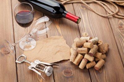 Cuadro Vaso de vino tinto, botella y sacacorchos en mesa de madera rústica
