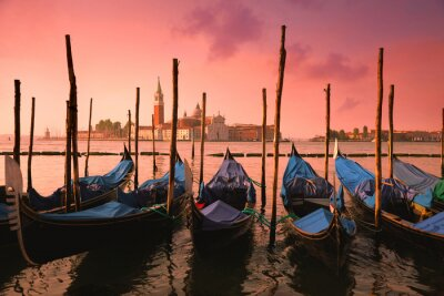 Cuadro Venecia con góndolas famosas en la luz rosada apacible de la salida del sol,