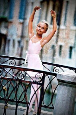 Cuadro Venecia, Italia - preciosa bailarina en el puente en Venecia