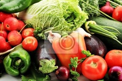Verduras frescas, frutas y otros productos alimenticios. Filmada en un estudio.