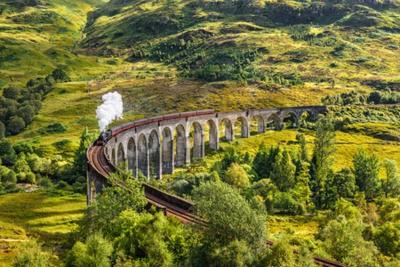 Cuadro Viaducto de ferrocarril de Glenfinnan en Escocia con el tren de vapor de Jacobite que pasa sobre