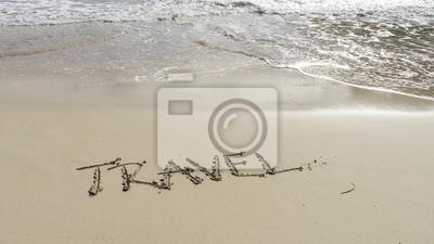 Viajes palabra escrita en una playa de arena