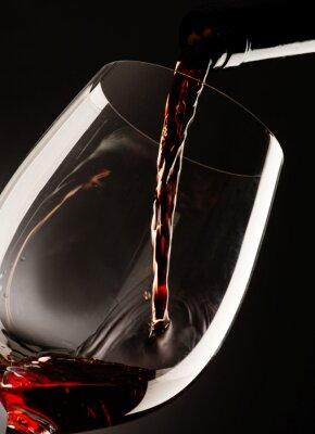 Cuadro Vidrio con vino tinto sobre fondo oscuro