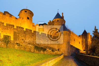Viejas paredes de la fortaleza en tiempo crepuscular. Carcassonne