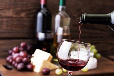 Cuadro Vino rojo que vierte en el vidrio, primer plano.