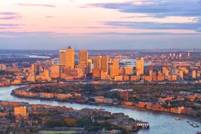 Cuadro Vista aérea del distrito financiero del este de Canary Wharf Docklands rodeado por el río Támesis, con edificios iluminados por la puesta de sol de colores