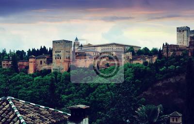 Vista crepuscular de los palacios nazaríes de la Alhambra. Granada