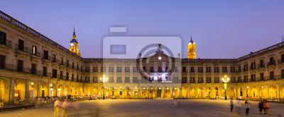Vista de la noche de la Plaza Berria y el ayuntamiento. Vitoria-Gasteiz