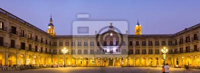 Vista de noche de la Plaza Berria. Vitoria-Gasteiz