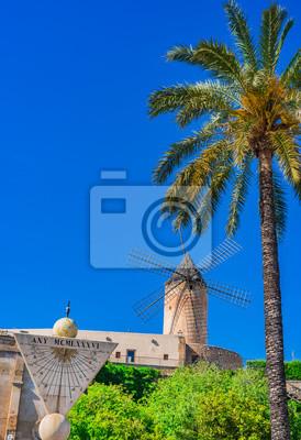 Vista de un antiguo molino de viento tradicional en Palma de Mallorca España