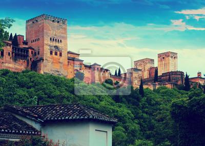 Vista del amanecer de torres de Alcazaba en la Alhambra. Granada