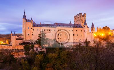 vista del castillo de Segovia en el crepúsculo