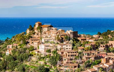 Vista del idílico pueblo de montaña Deia en Mallorca España, Mar Mediterráneo Baleares