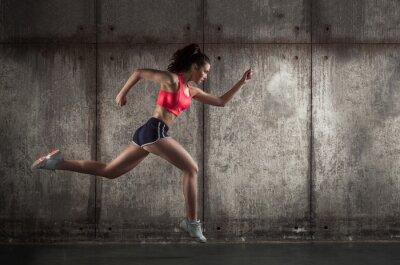 Cuadro Vista lateral de la mujer corriendo