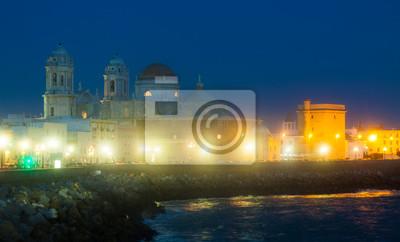 vista nocturna de la Catedral y la costa del océano en Cádiz