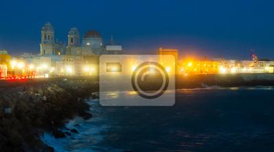 Vista nocturna de la Catedral y la costa en Cádiz