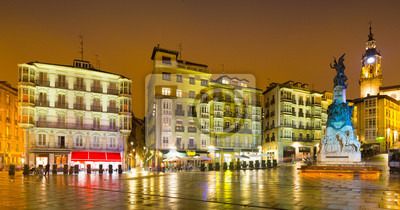 Vista nocturna de la plaza de Andre Maria Zuriaren. Vitoria-Gasteiz
